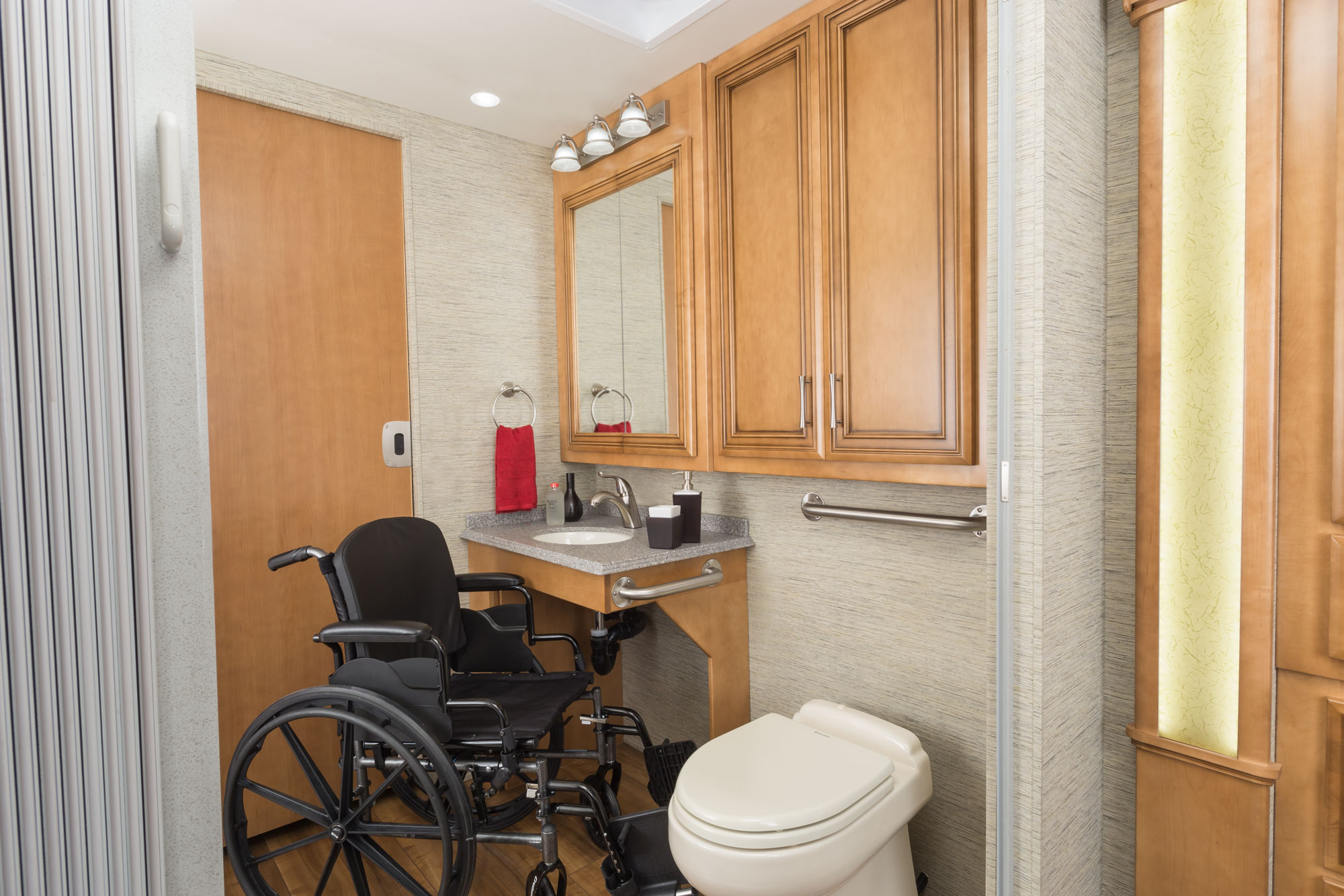 2017-Newmar-Canyon-Star-Wheelchair-Bathroom